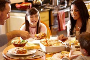 Cena en familia feliz