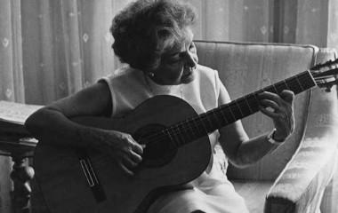 Conny Méndez tocando guitarra